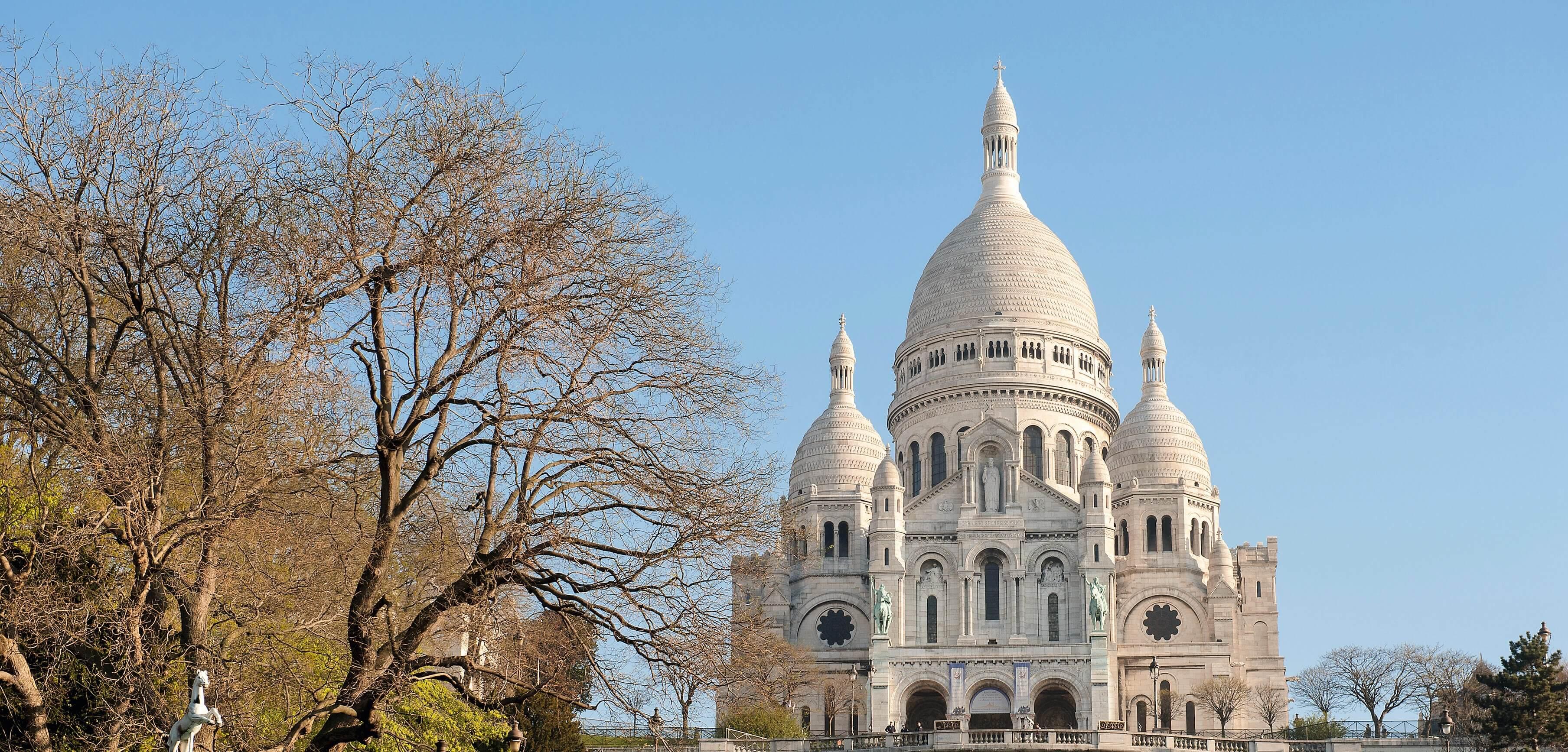 Paris 18ème arrondissement. La butte Montmartre . Manège et la Basilique du Sacré-Coeur * Paris 18th district. Montmartre; Merry-go-round and the Sacré-Cœur Basilica